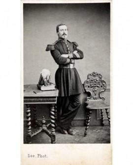 Militaire (caporal des grenadiers de la Garde) debout