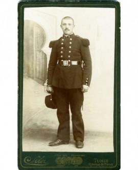 Militaire du 2è debout, son képi à la main