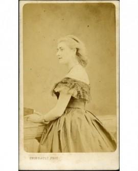 Portrait de profil de femme aux épaules dénudées