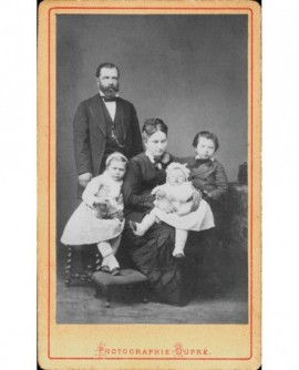 Famille: père barbu debout, mère assise et trois enfants