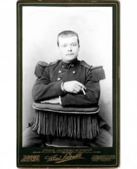 Militaire du 10è assis, cigarette à la main droite
