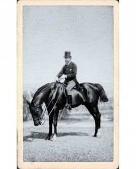 Cavalier barbu en haut de forme, au Bois de Boulogne