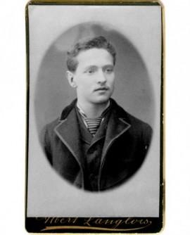 Portrait de jeune homme avec une cravate rayée