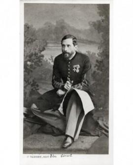 Militaire décoré, une carte sur les genoux (Jules Gérard)