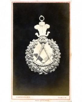 Bijou de franc-maçon (équerre et compas sous une couronne)