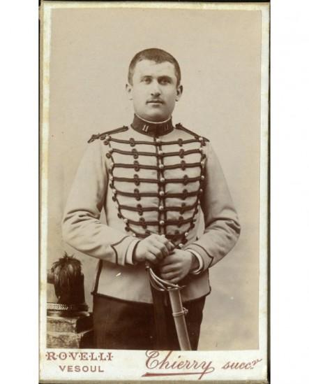 Militaire, cavalier au 11ème chasseurs à cheval, avec sabre et shako