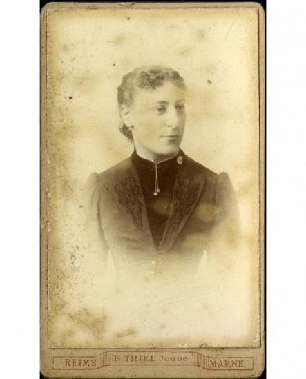 Portrait de jeune femme en manteau