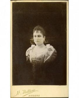 Portrait de femme à robe décolletée
