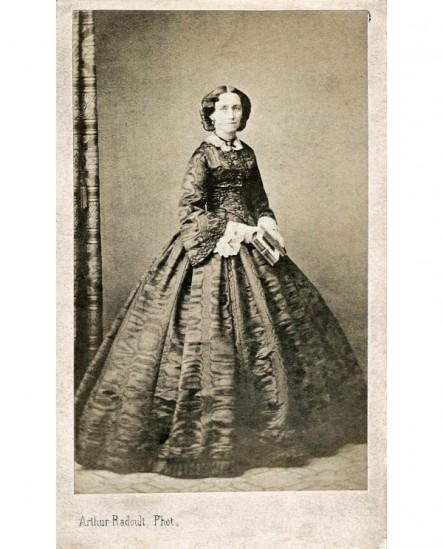 Femme posant debout. Reine du Danemark
