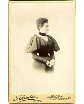 Femme posant debout
