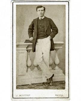 Homme posant debout