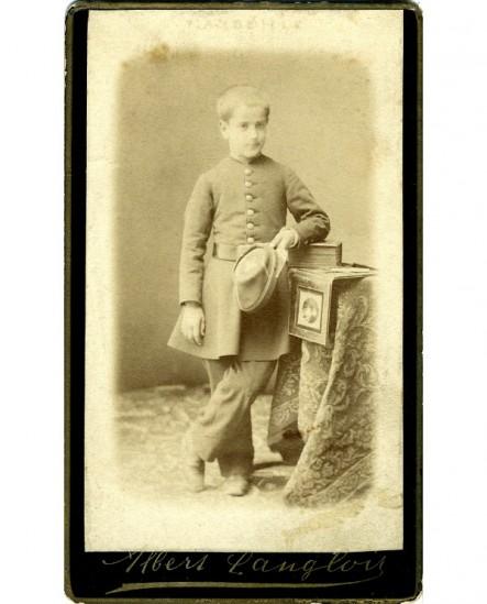 Jeune garçon debout en uniforme