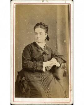 Femme posant assise