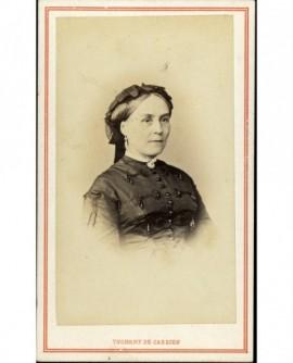 Portrait de femme au serre-tête à ruban