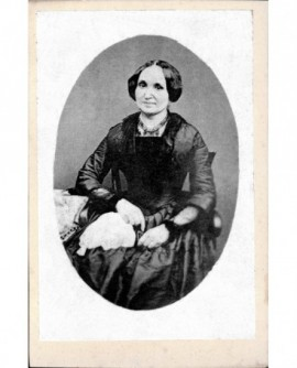 Portrait de femme assise en robe