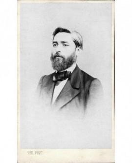 Portrait d'homme barbu.