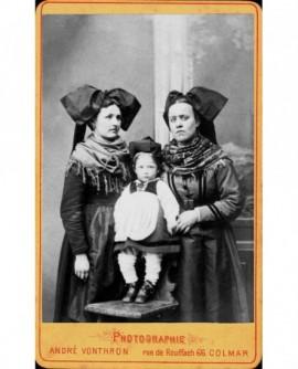 Deux femmes, et un bébé en costume régional d'Alsace. Marie - Catherine de Lacie