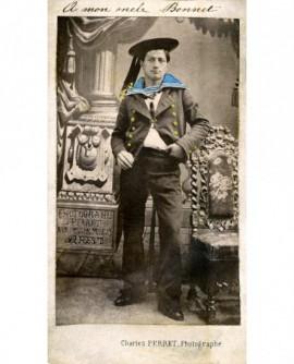 Marin brestois en uniforme (coloré), main dans sa poche (militaire)
