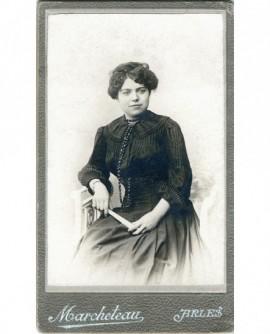 Jeune femme assise, un éventail à la main