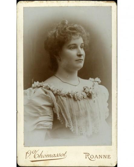 Portrait de jeune femme à robe décolletée, bordée de fleurs