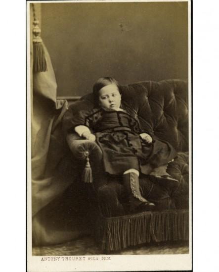 Jeune garçon, affaléa sur un canapé