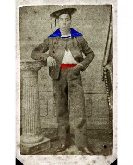 Militaire posant debout (marin)