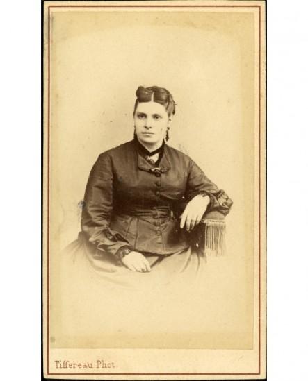Portrait de femme aux deux boucles frontales