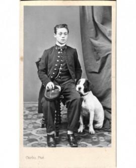Jeune homme en uniforme de lycéen avec son chien