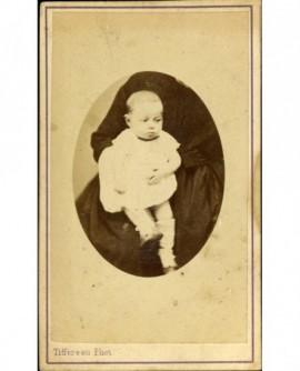 Bébé sur les genoux d'une personne