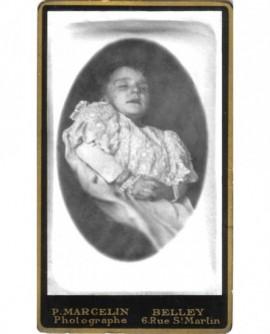 Photo mortuaire d'un enfant vêtu de sa robe de baptême