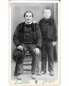Père assis et fils debout, en costume breton