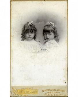 Deux fillettes en robe blanche