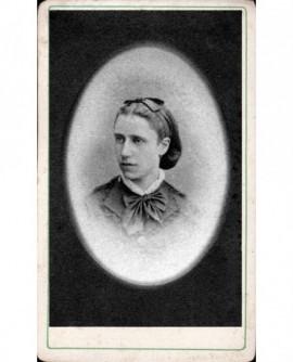 Jeune femme, ruban noué dans les cheveux