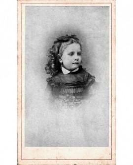Portrait de fillette, ruban dans les cheveux