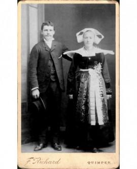 Couple de mariés: lui chapeau à la main, elle en costume breton