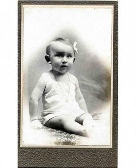 Bébé en chemise, épaule dénudée, assis
