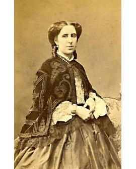 Portrait de jeune femme à la veste richement brodée