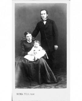 Couple: femme assise bébé sur les genoux, homme à favoris debout