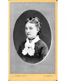 Portrait de femme avec un jabot