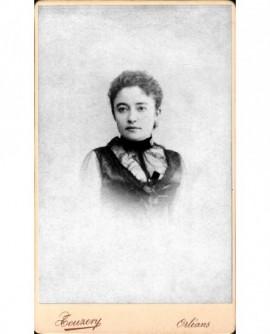 Portrait de jeune femme aux cheveux frisés