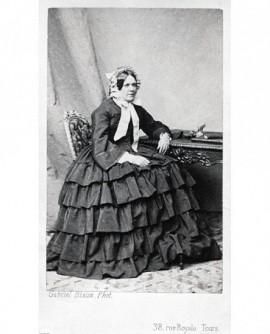 Femme en robe à volants assise