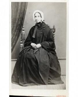 Femme en coiffe assise