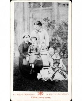 Femme (et nourrice en coiffe) avec enfants