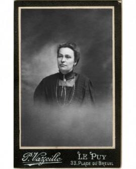 Portrait de femme au tour de cou avec coeur