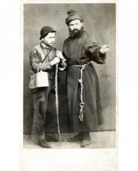 Moine barbu indiquant le chemin à un jeune pâtre (sa gamelle à la main)