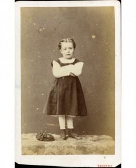 Petite fille debout bras croisés