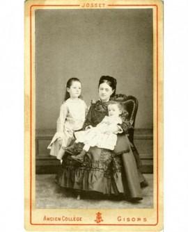 Femme assise avec deux enfants (le plus jeune sur ses genoux)