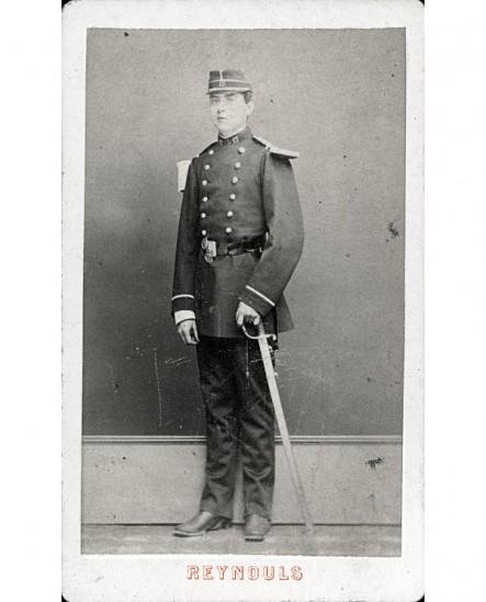 Militaire du 17è en képi, sabre au côté