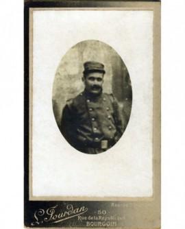 Portrait (flou) d'un militaire en képi