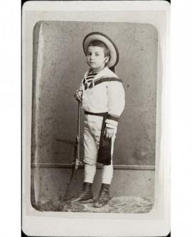 Petit garçon en marin avec fusil. Barret fils
